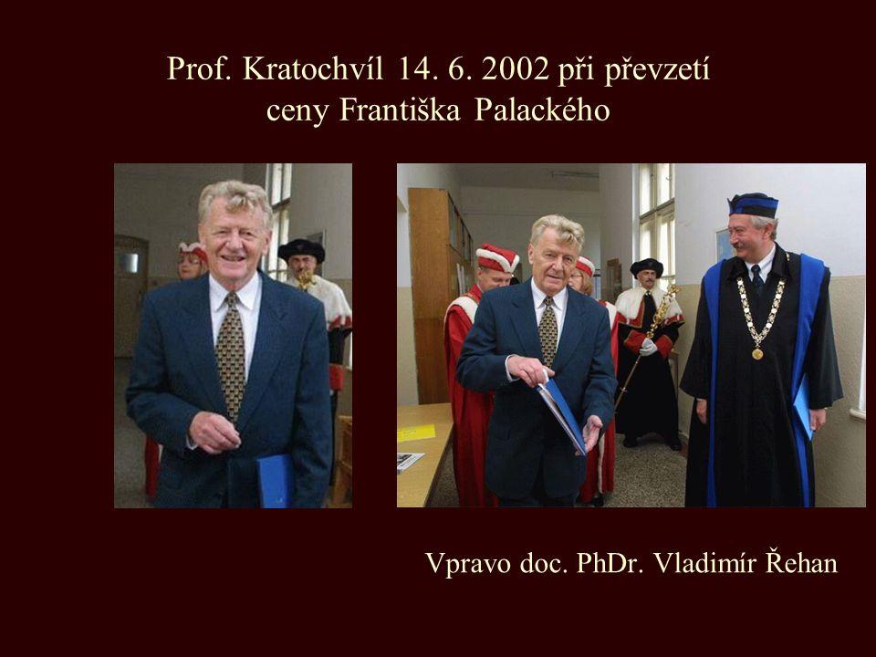 Prof. Kratochvíl 14. 6. 2002 při převzetí ceny Františka Palackého Vpravo doc. PhDr. Vladimír Řehan