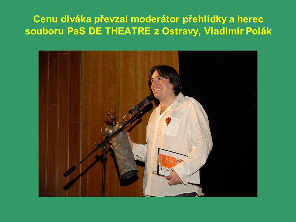 Cenu diváka převzal moderátor přehlídky a herec souboru PaS DE THEATRE z Ostravy, Vladimír Polák