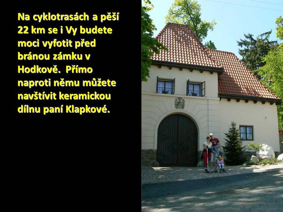 Na cyklotrasách a pěší 22 km se i Vy budete moci vyfotit před bránou zámku v Hodkově.