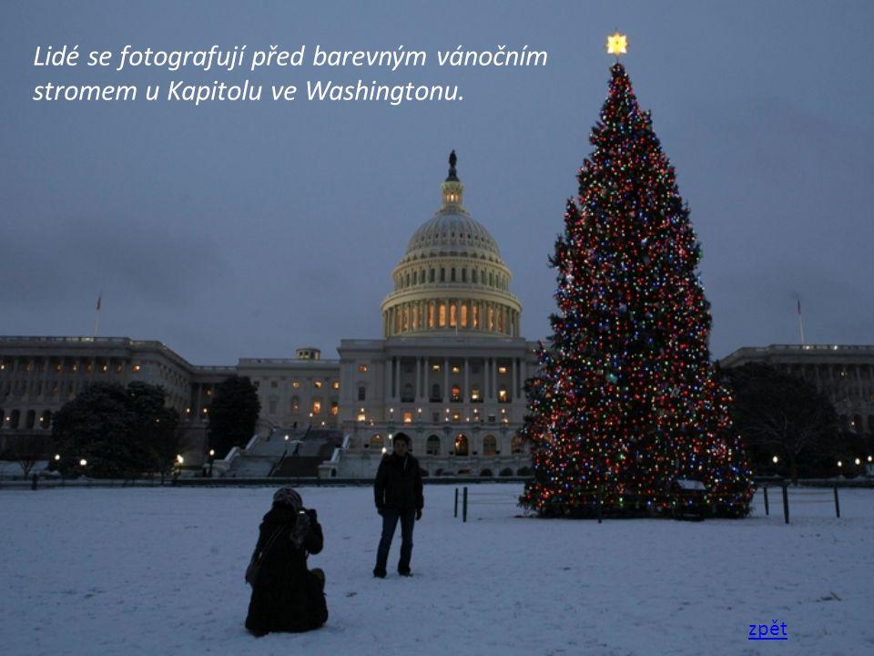 Lidé se fotografují před barevným vánočním stromem u Kapitolu ve Washingtonu. zpět