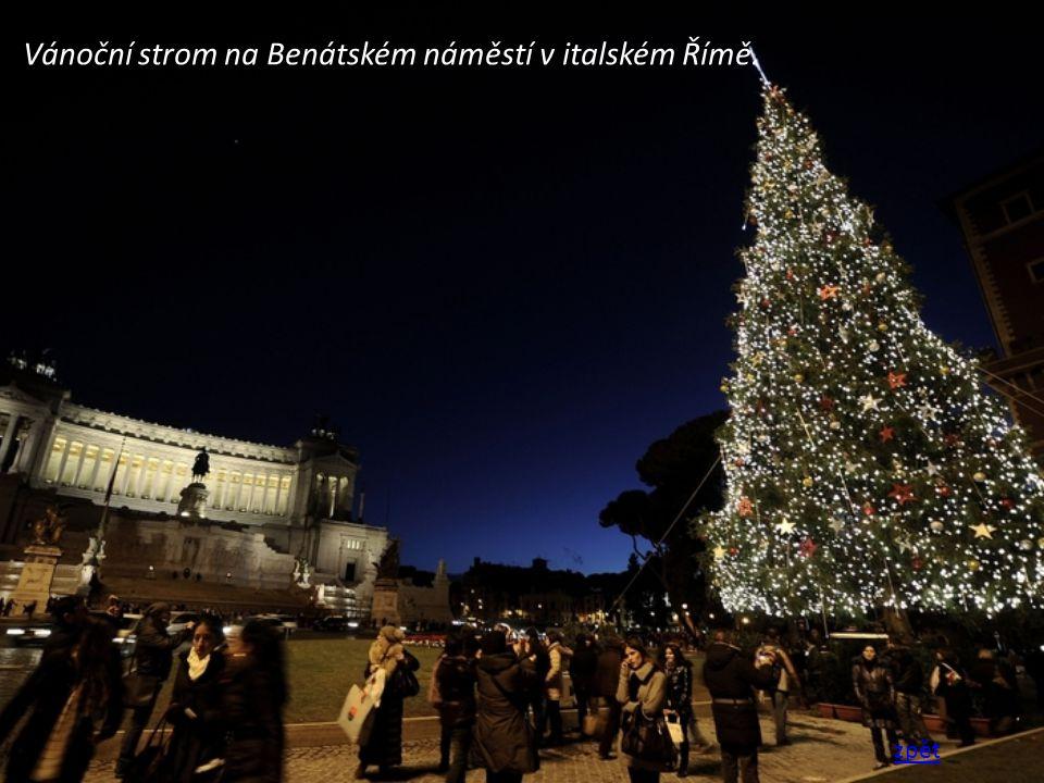Vánoční strom na Benátském náměstí v italském Římě. zpět