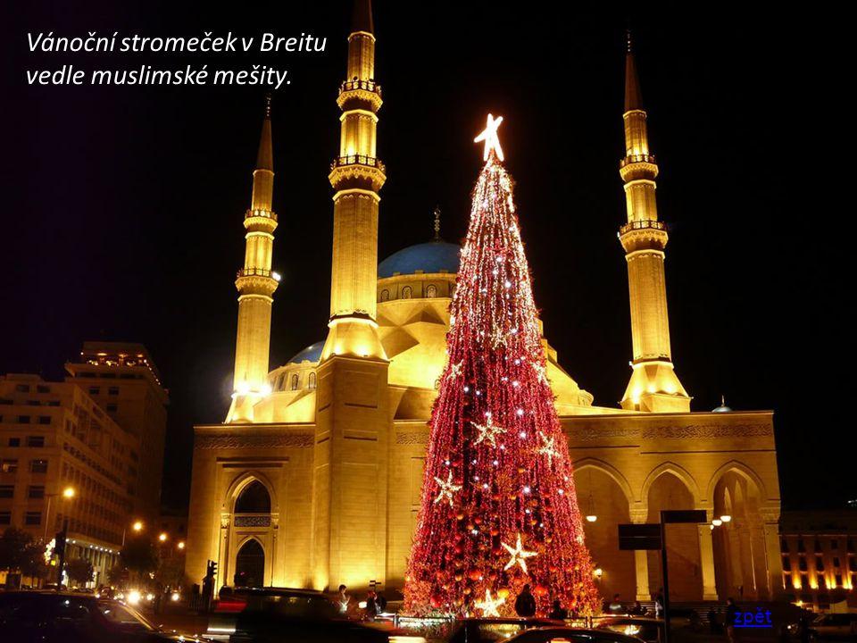 Vánoční stromeček v Breitu vedle muslimské mešity. zpět