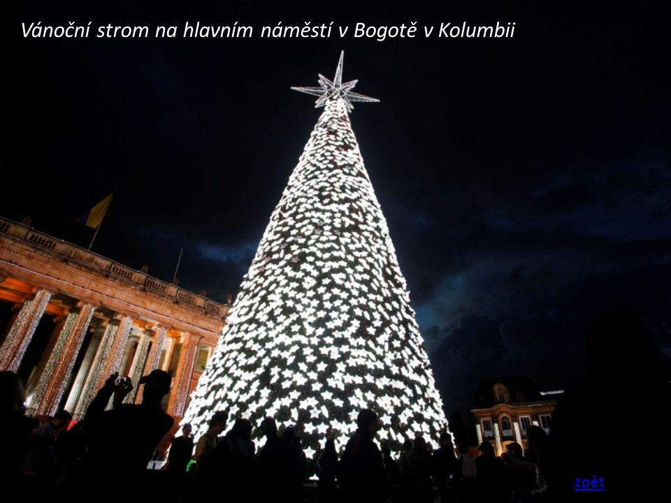 Vánoční strom na hlavním náměstí v Bogotě v Kolumbii zpět