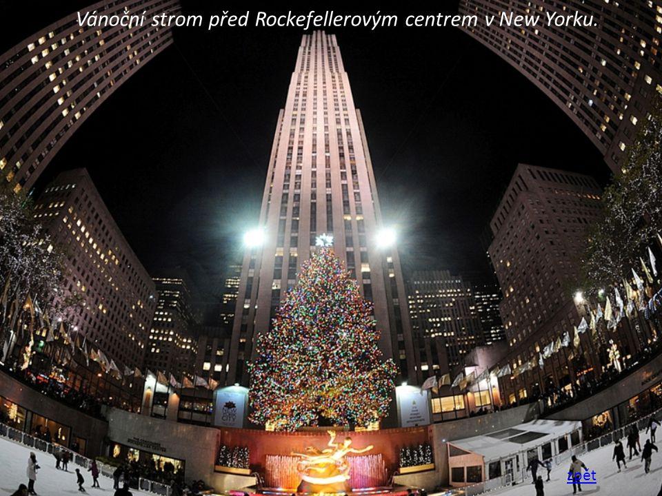 Vánoční strom před Rockefellerovým centrem v New Yorku. zpět