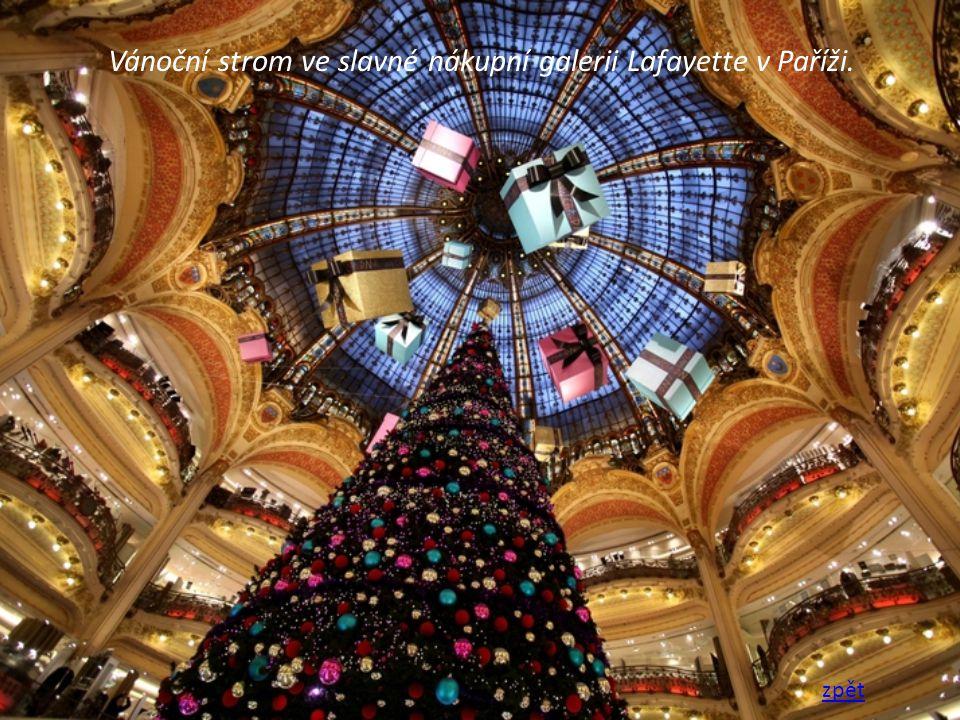 Vánoční strom ve slavné nákupní galerii Lafayette v Paříži. zpět