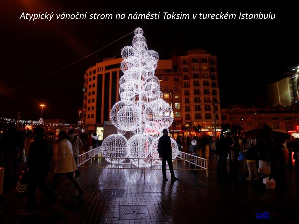 Atypický vánoční strom na náměstí Taksim v tureckém Istanbulu zpět