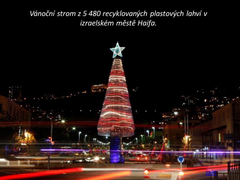 Vánoční strom z 5 480 recyklovaných plastových lahví v izraelském městě Haifa. zpět
