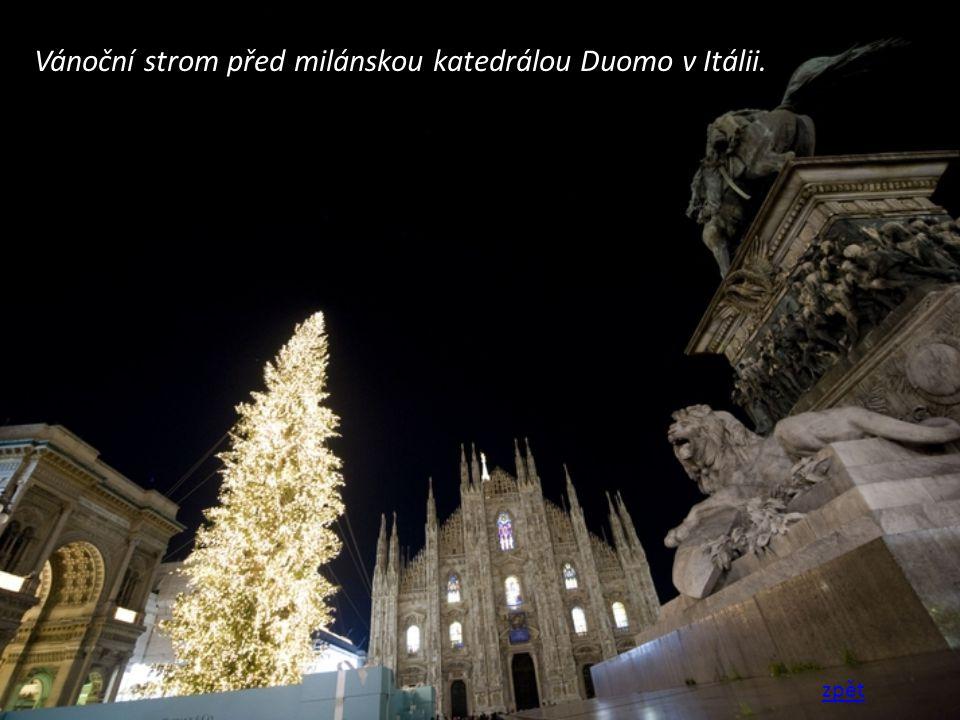 Vánoční strom před milánskou katedrálou Duomo v Itálii. zpět