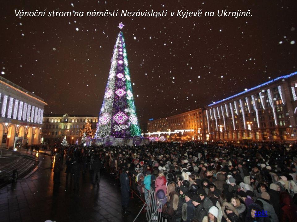 Vánoční strom na náměstí Nezávislosti v Kyjevě na Ukrajině. zpět