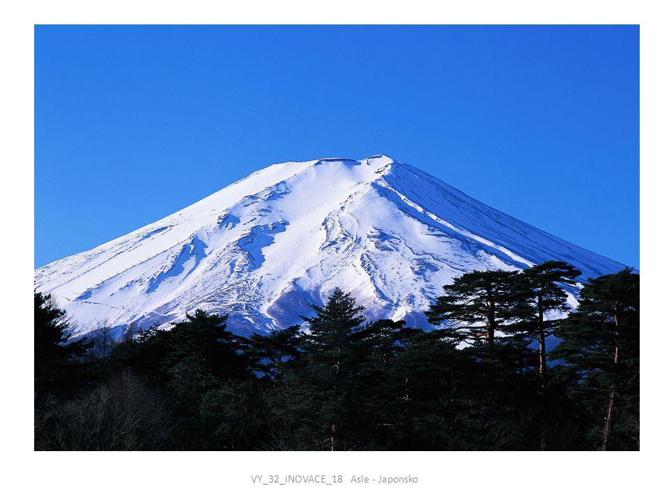 PŘÍRODA  Japonsko je ostrovní stát ve východní Asii, od pevniny je oddělen Japonským a Východočínským mořem  Japonské souostroví tvoří čtyři velké ostrovy – Honšú, Hokkaidó, Kjúšú a Šikoku a řada menších ostrůvků  všechny ostrovy jsou hornaté, země má proto nedostatek půdy  Japonské ostrovy leží na styku dvou litosférických desek, jsou na nich proto častá zemětřesení a projevuje se sopečná činnost  japonské podnebí výrazně ovlivňují monzuny  střední a jižní část Japonska má subtropické podnebí, severní ostrov se řadí do mírného podnebného pásu  hory jsou hustě zalesněné, nížiny vyplňují zastavěné nebo zemědělsky využívané plochy VY_32_INOVACE_18 Asie - Japonsko