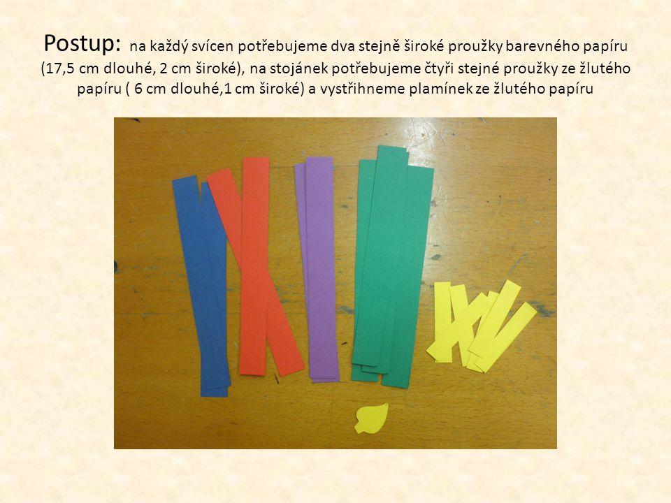Postup: na každý svícen potřebujeme dva stejně široké proužky barevného papíru (17,5 cm dlouhé, 2 cm široké), na stojánek potřebujeme čtyři stejné proužky ze žlutého papíru ( 6 cm dlouhé,1 cm široké) a vystřihneme plamínek ze žlutého papíru