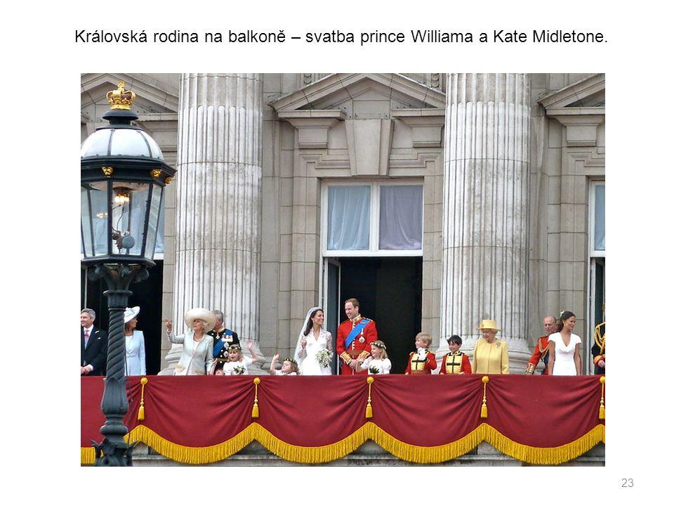 23 Královská rodina na balkoně – svatba prince Williama a Kate Midletone.