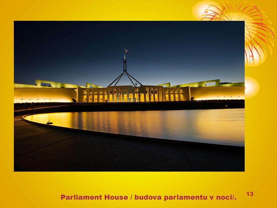 13 Parliament House / budova parlamentu v noci/.