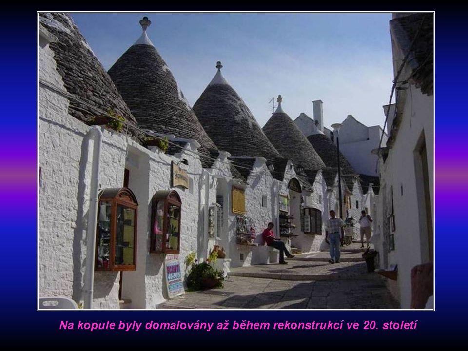 Bílé symboly na střechách nejsou zaklínadla proti výběrčímu daní, ale křesťanské znaky