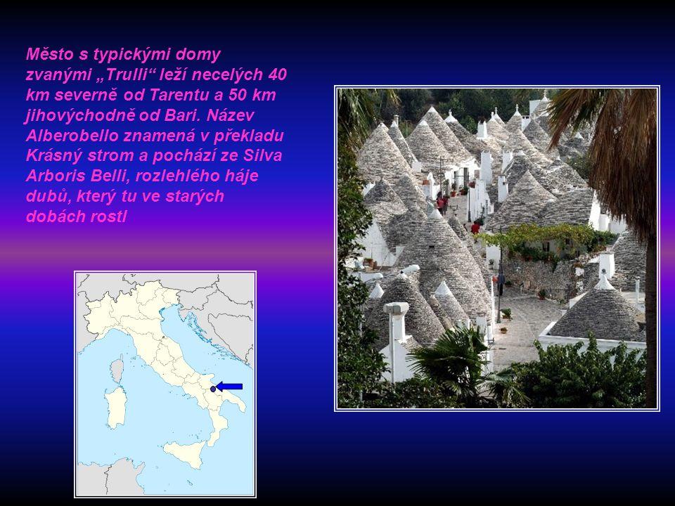 """Město s typickými domy zvanými """"Trulli leží necelých 40 km severně od Tarentu a 50 km jihovýchodně od Bari."""