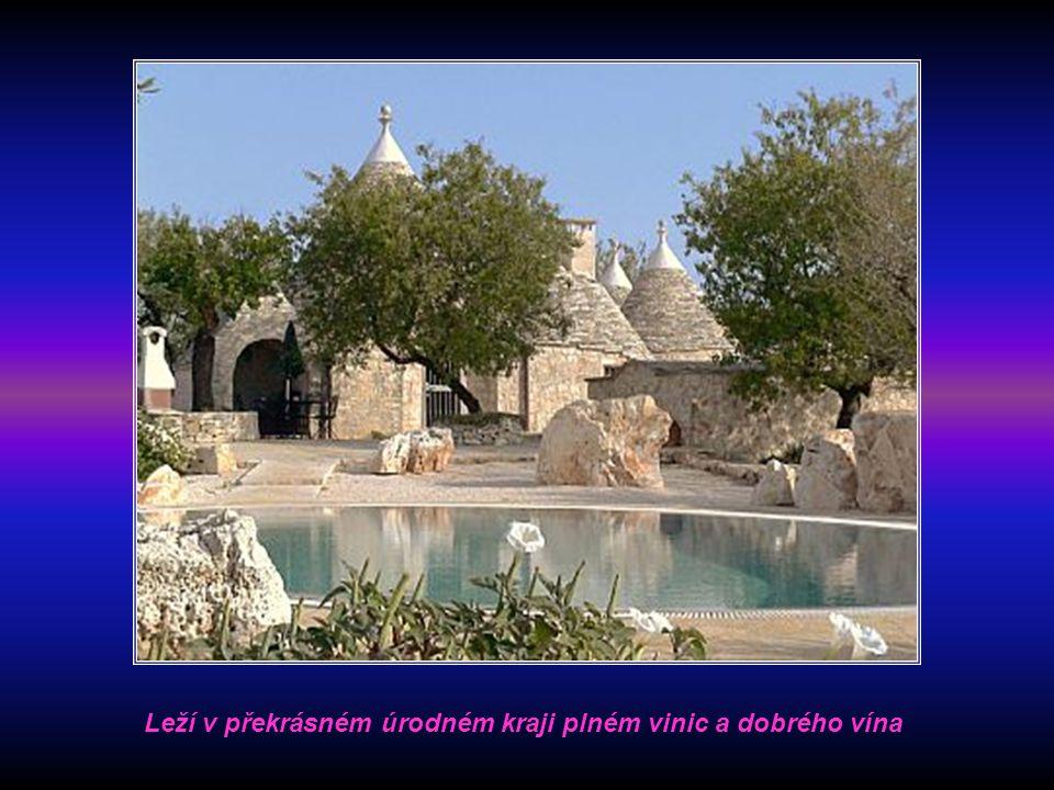 """Město s typickými domy zvanými """"Trulli"""" leží necelých 40 km severně od Tarentu a 50 km jihovýchodně od Bari. Název Alberobello znamená v překladu Krás"""