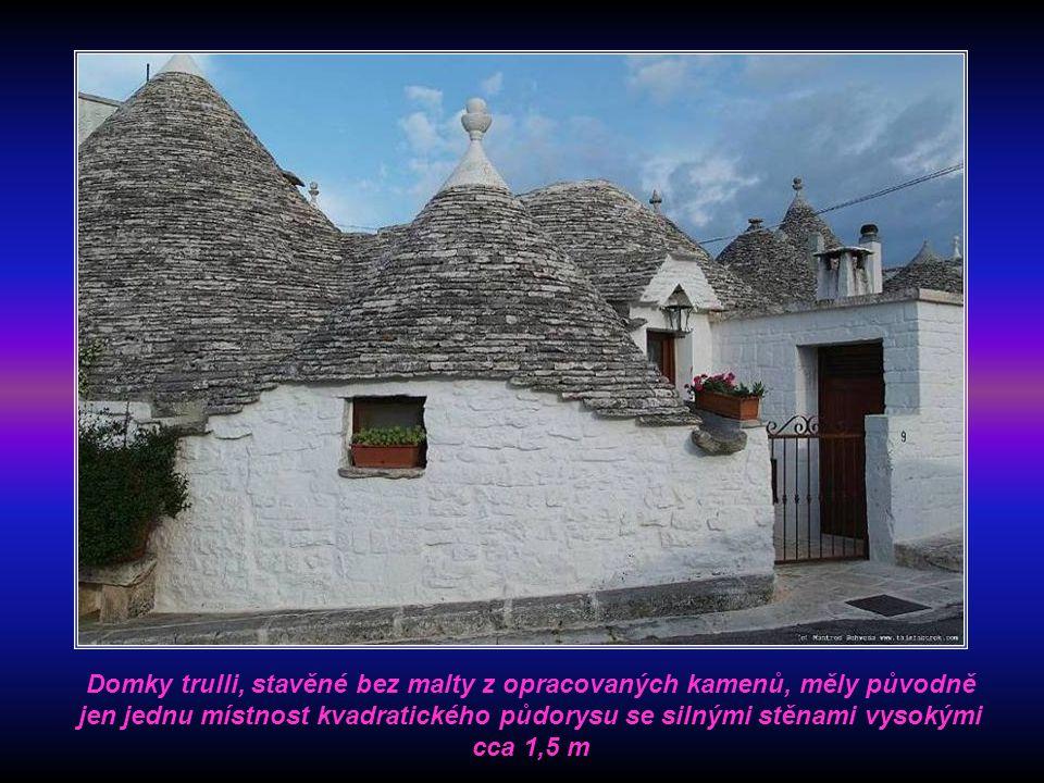 Domky trulli, stavěné bez malty z opracovaných kamenů, měly původně jen jednu místnost kvadratického půdorysu se silnými stěnami vysokými cca 1,5 m