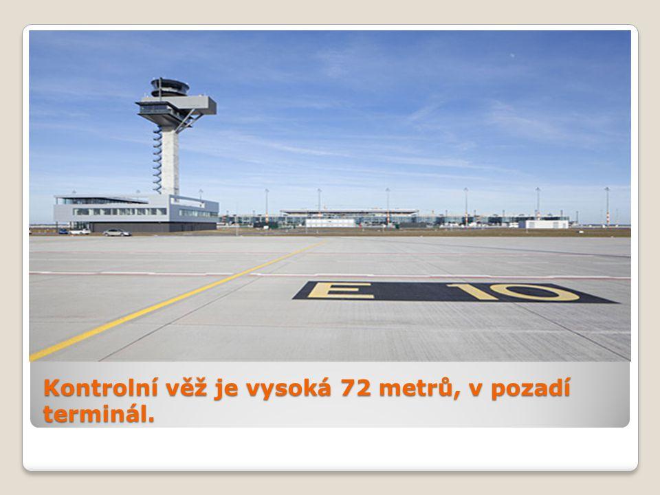 Kontrolní věž je vysoká 72 metrů, v pozadí terminál.
