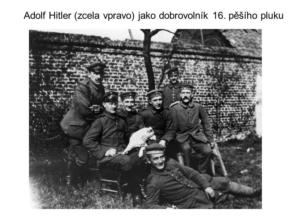 Adolf Hitler (zcela vpravo) jako dobrovolník 16. pěšího pluku