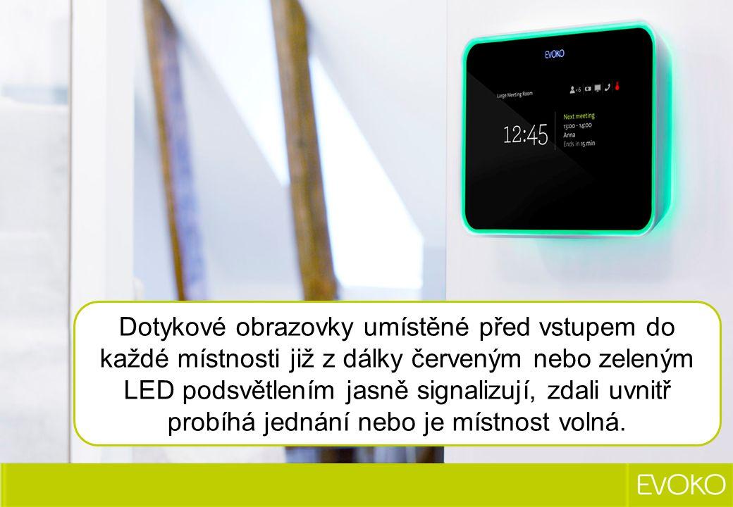 Dotykové obrazovky umístěné před vstupem do každé místnosti již z dálky červeným nebo zeleným LED podsvětlením jasně signalizují, zdali uvnitř probíhá