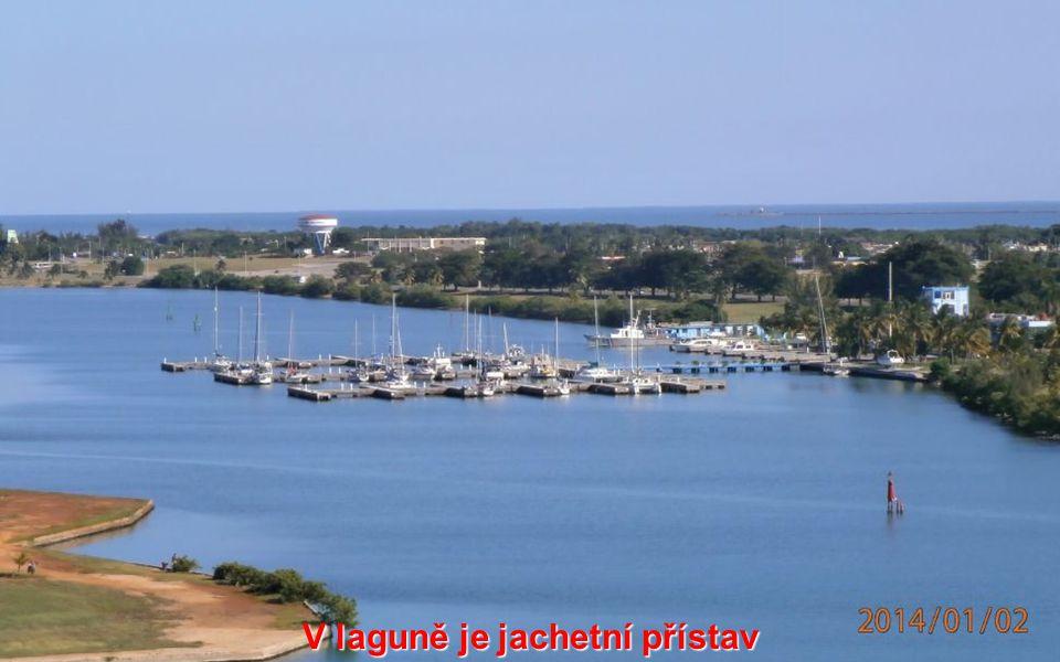 V laguně je jachetní přístav