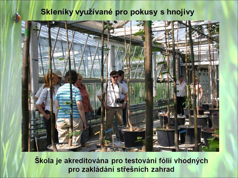 Škola je akreditována pro testování fólií vhodných pro zakládání střešních zahrad Skleníky využívané pro pokusy s hnojivy