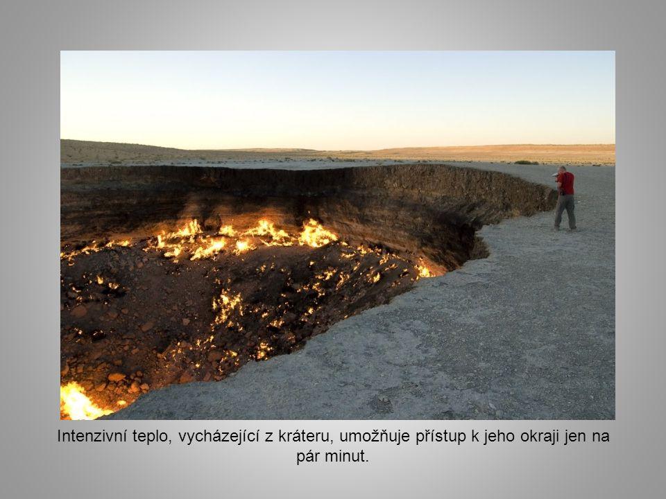 """Není známo, na jak dlouho """"Brána do pekla"""" bude mít zásoby plynu. I když se Darvaza nachází na těžce přístupném území, mnoho lidí se tu shromažďuje a"""