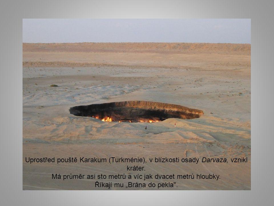 Uprostřed pouště Karakum (Turkménie), v blízkosti osady Darvaza, vznikl kráter.
