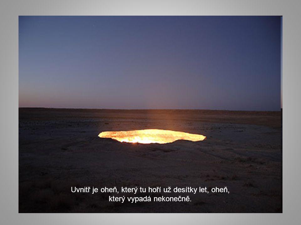 """Uprostřed pouště Karakum (Turkménie), v blízkosti osady Darvaza, vznikl kráter. Má průměr asi sto metrů a víc jak dvacet metrů hloubky. Říkají mu """"Brá"""