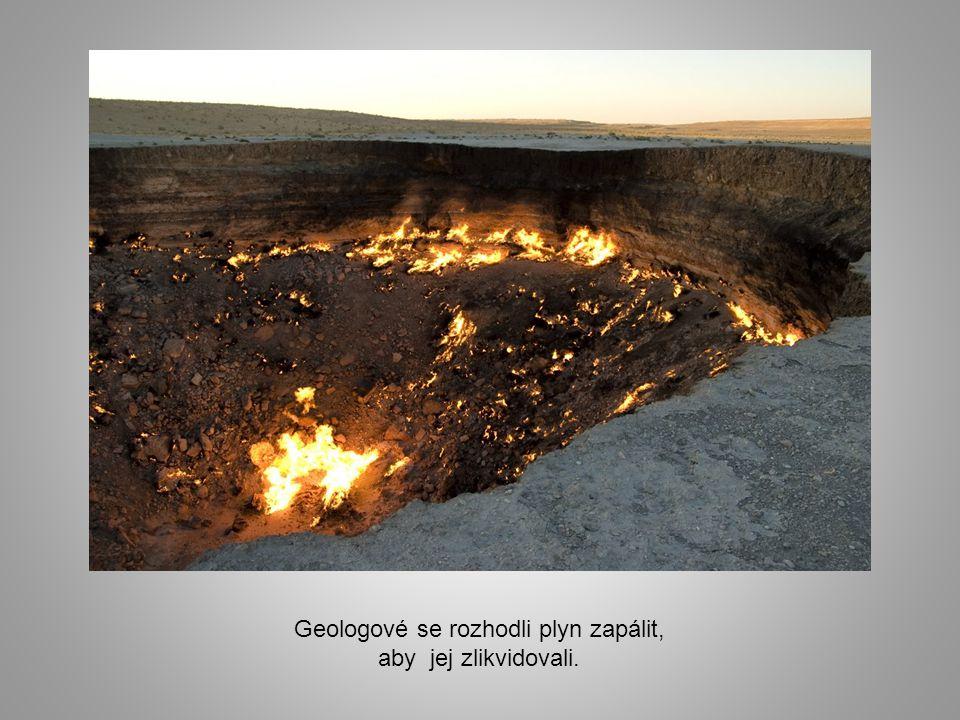 Geologové se rozhodli plyn zapálit, aby jej zlikvidovali.