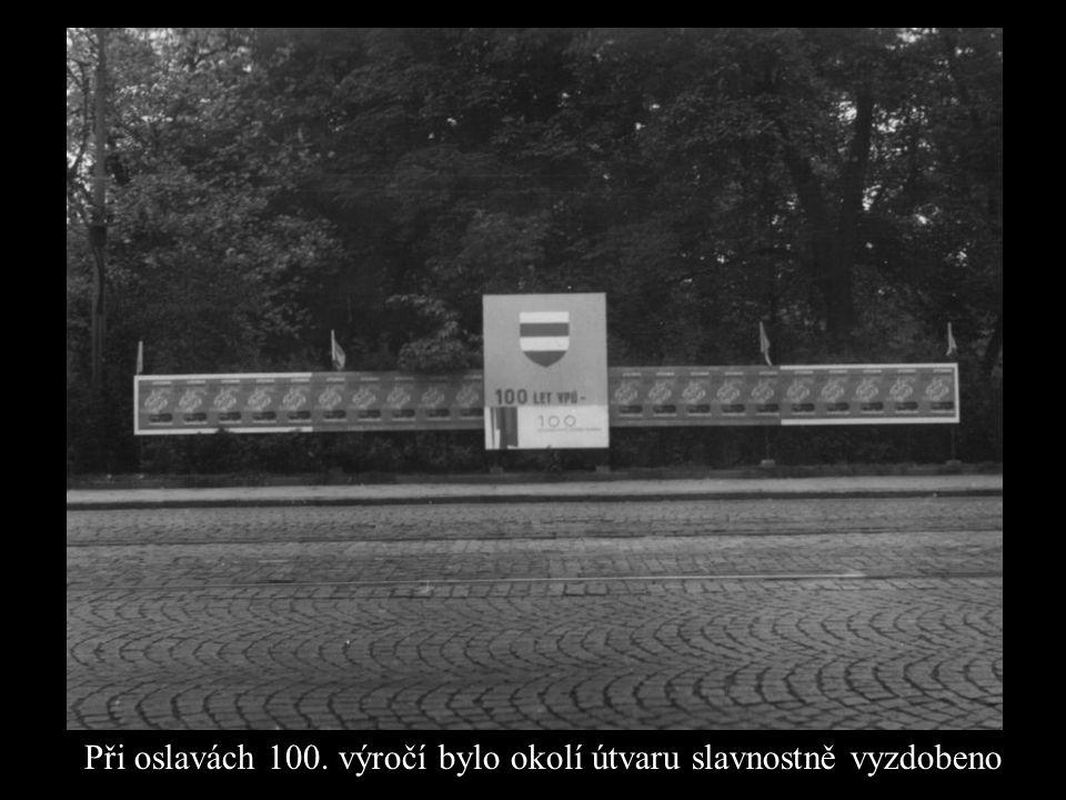 Při oslavách 100. výročí bylo okolí útvaru slavnostně vyzdobeno
