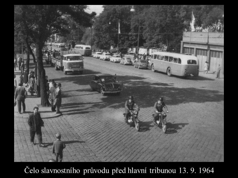 Čelo slavnostního průvodu před hlavní tribunou 13. 9. 1964