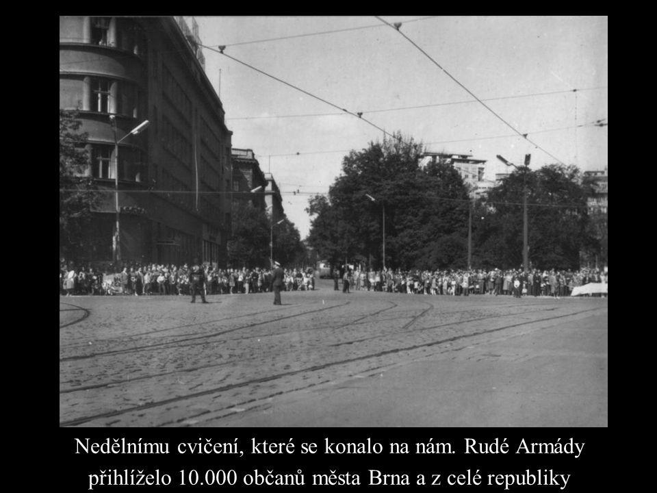 Nedělnímu cvičení, které se konalo na nám. Rudé Armády přihlíželo 10.000 občanů města Brna a z celé republiky