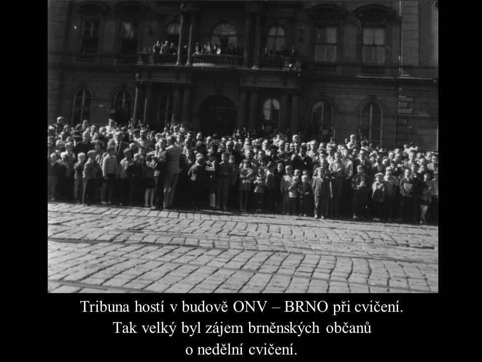 Tribuna hostí v budově ONV – BRNO při cvičení. Tak velký byl zájem brněnských občanů o nedělní cvičení.