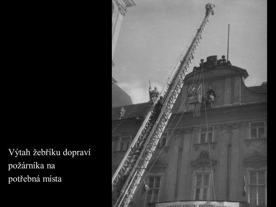 Výtah žebříku dopraví požárníka na potřebná místa