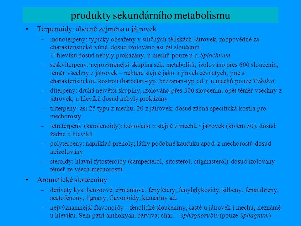 produkty sekundárního metabolismu Terpenoidy: obecně zejména u játrovek –monoterpeny: typicky obsaženy v siličných tělískách játrovek, zodpovědné za c
