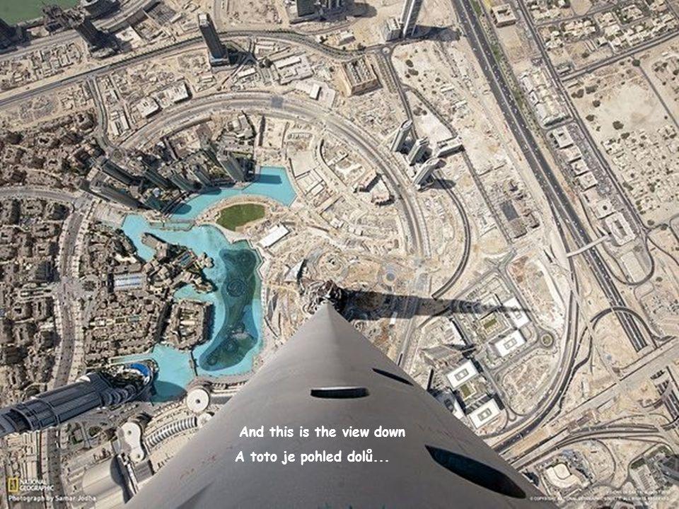Dubai. Výhled z mrakodrapu BurjKhalifa. Výška budovy je 828metrů (163poschodí)).