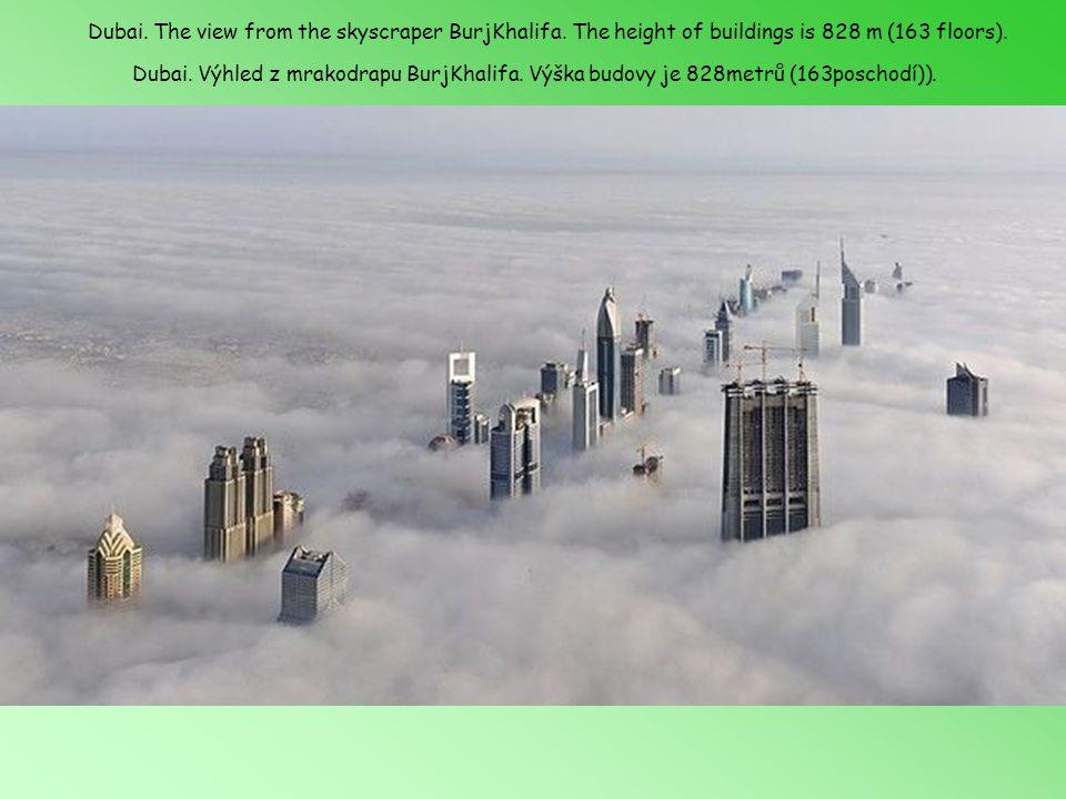 Dubai.Výhled z mrakodrapu BurjKhalifa. Výška budovy je 828metrů (163poschodí)).