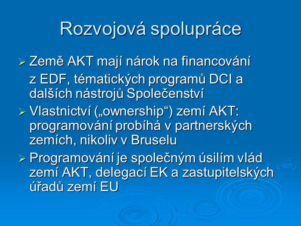 """Rozvojová spolupráce  Země AKT mají nárok na financování z EDF, tématických programů DCI a dalších nástrojů Společenství  Vlastnictví (""""ownership ) zemí AKT: programování probíhá v partnerských zemích, nikoliv v Bruselu  Programování je společným úsilím vlád zemí AKT, delegací EK a zastupitelských úřadů zemí EU"""