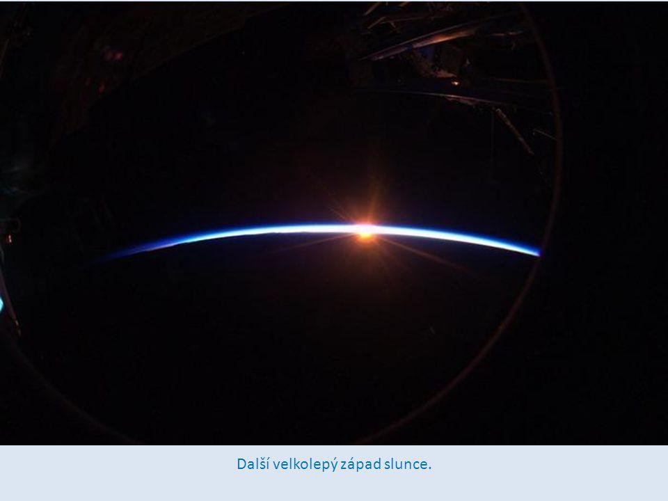 V e vztahu k zemské oběžné dráze máme rychlost 28,163 kilometrů za hodinu (8km za sekundu), takže oblet trvá 90 minut a východ a západ slunce mé mekaždých 45 minut.