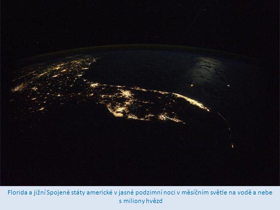 Okno kabiny stanice nabízí panoramatický výhled na naší krásnou planetu.
