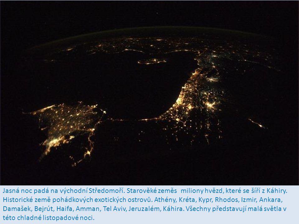 Florida a jižní Spojené státy americké v jasné podzimní noci v měsíčním světle na vodě a nebe s miliony hvězd