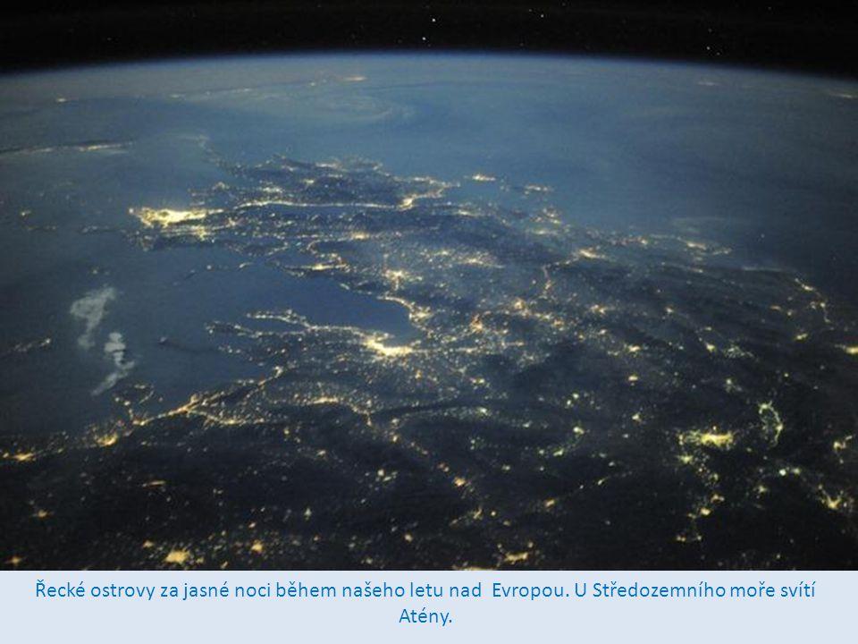 Řecké ostrovy za jasné noci během našeho letu nad Evropou. U Středozemního moře svítí Atény.