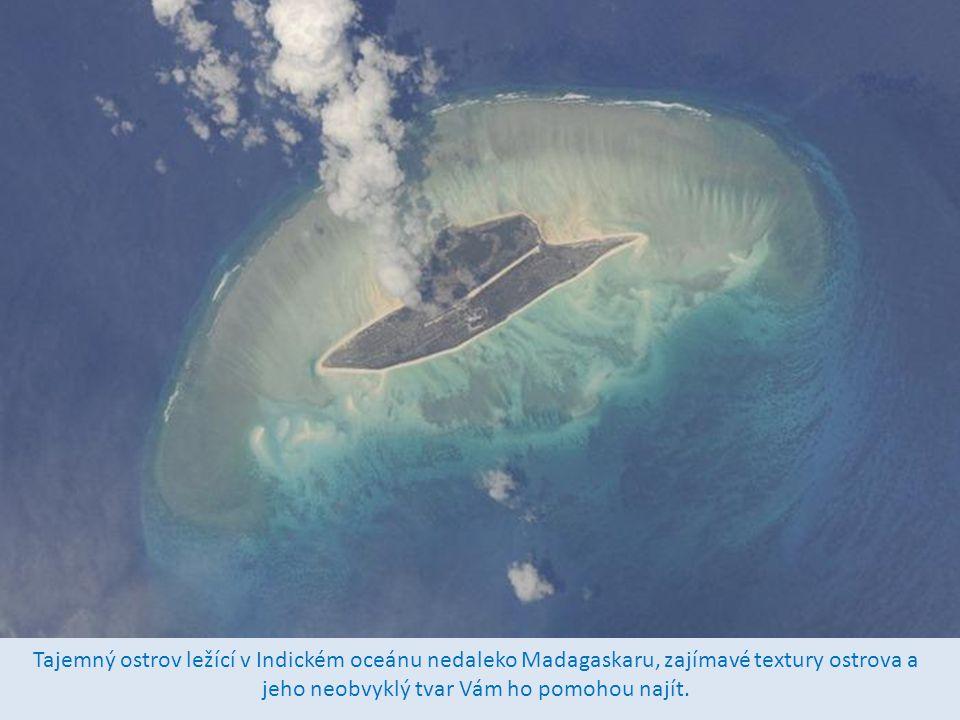 Tajemný ostrov ležící v Indickém oceánu nedaleko Madagaskaru, zajímavé textury ostrova a jeho neobvyklý tvar Vám ho pomohou najít.