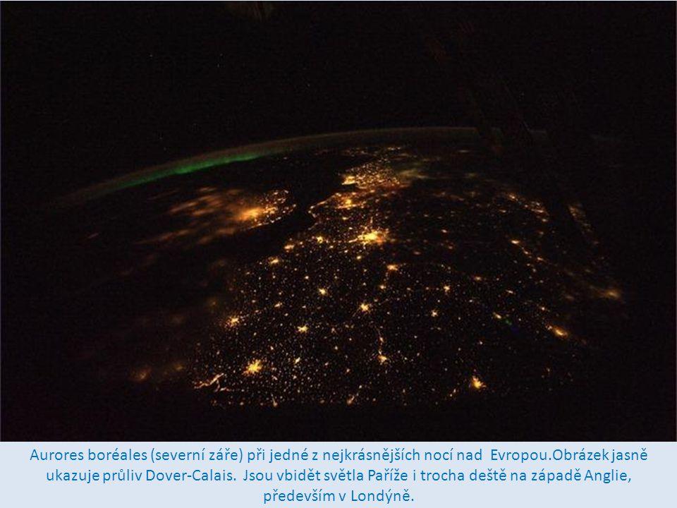 Aurores boréales (severní záře) při jedné z nejkrásnějších nocí nad Evropou.Obrázek jasně ukazuje průliv Dover-Calais.