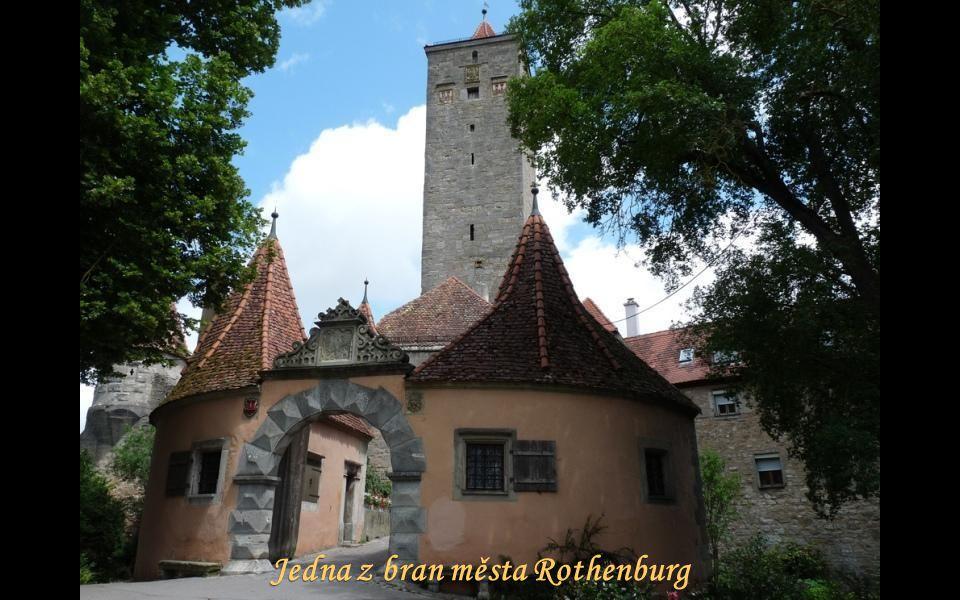 Radnice byla dokončena v roce 1578. Má 60 metrů vysokou štíhlou věž.