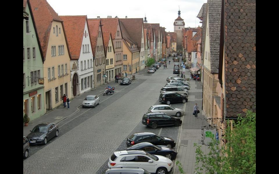 Rothenburg je znám pro své ze středověku zachovalé staré město s mnoha klikatými uličkami a malými náměstími,obklopené hrázděnými domy.