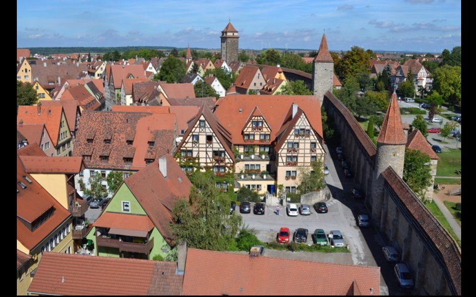 Městské hradby s četnými věžemi z let 1350-80 se dají obejít po plošinách kolem celého historického jádra města.