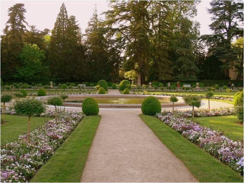 Chenonceau má dv ě hlavní zahrady: zahradu Diane de Poitiers a Kate ř iny Medicejské. Zahrady, se nachází na obou stranách Tour des Marques, kv ě tino
