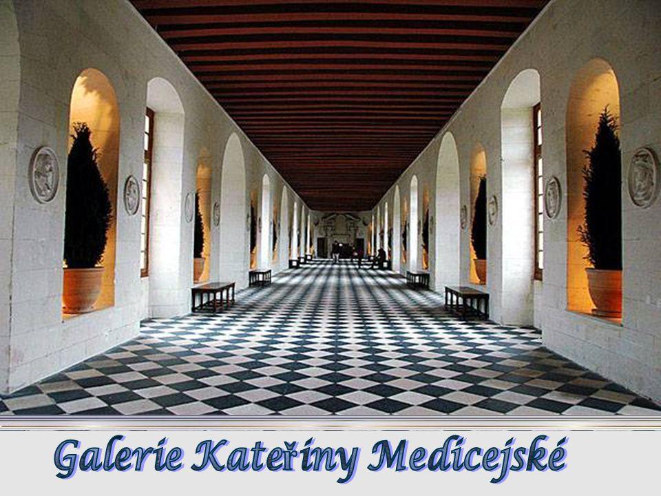 Chenonceau je známý nejen svou architekturou a historií, ale bohatstvím sbírek: renesan č ním nábytkem, gobelíny významnou sbírkou z šestnáctého a sed